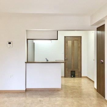 【LDK】カウンターキッチンにも窓からの光が届くので明るいです。