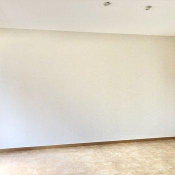 【LDK】壁はスッキリとしているので家具の配置がしやすそう。
