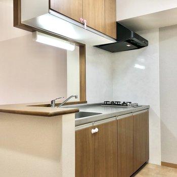 【LDK】キッチンは収納も充実しています。