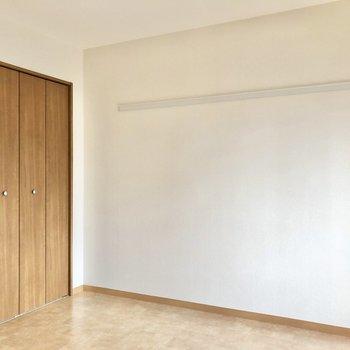 【洋室】壁面の長押はインテリアや壁掛け収納に使えそう。