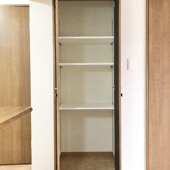 【LDK】日用品や、常温保存できる食べ物はキッチン横の収納へ。