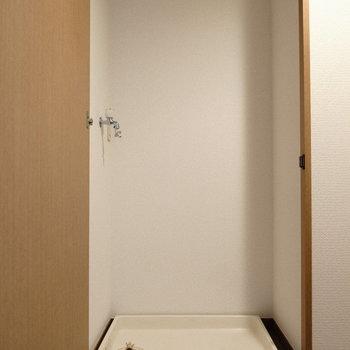 玄関横、扉を開けて現れたのは洗濯パン。(※写真は6階の同間取り別部屋のものです)