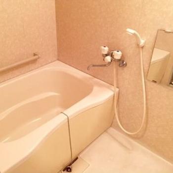 シンプルなバスルームは鏡付き♪(※写真は6階の同間取り別部屋のものです)