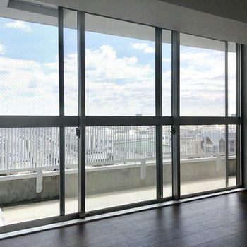 【洋室①】※写真は7階の同間取り別部屋のものです