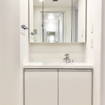 独立洗面台付きで朝の準備も楽々です。※写真は5階の同間取り別部屋のものです