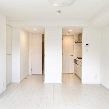 【LDK】キッチンは少し分かれていますよ。※写真は5階の同間取り別部屋のものです