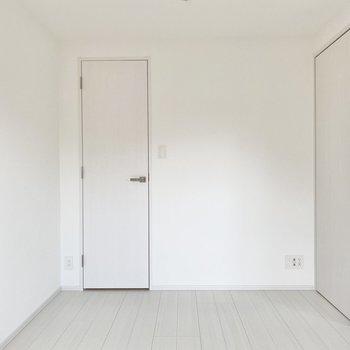 【洋室】テレビも置けますよ。※写真は5階の同間取り別部屋のものです