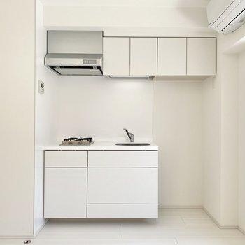 キッチンには収納がたくさんあるので、お部屋をスッキリ使えますね。
