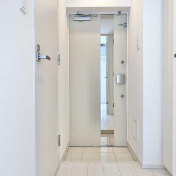 玄関ドアには鏡があります。お出かけ前の身だしなみもバッチリ◎