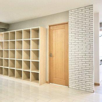 【LDK】レンガ調の壁紙と木のコントラストがステキ。