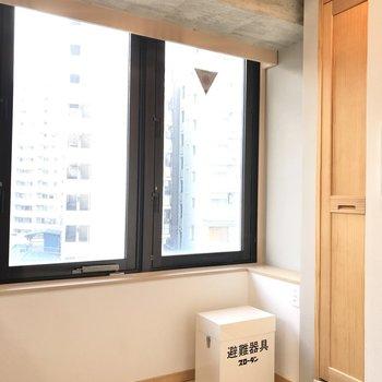 【LDK】キッチン後ろのドアは電気温水器のため使用できません。