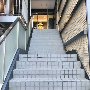 階段を上がってエントランス。オートロック付きです。