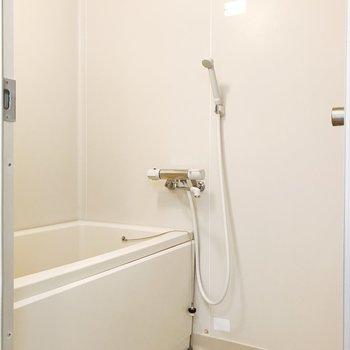 清潔感のあるお風呂。風呂用鏡を置くといいですよ。※写真は2階の同間取り別部屋のものです