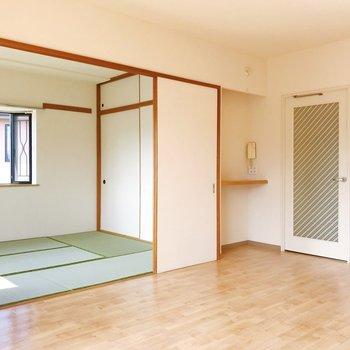 【LDK】角の小さな棚には写真を飾ってもいいですね。※写真は2階の同間取り別部屋のものです