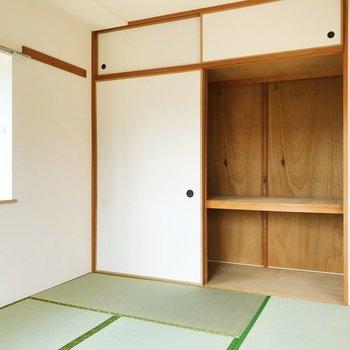 【和室】奥行きのある押入れ。ラックを活用して、季節ごとに服を収納できますね。※写真は2階の同間取り別部屋のものです