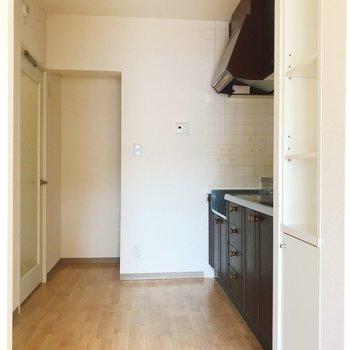 【LDK】キッチンはやんわりと空間が分かれています。冷蔵庫は奥に。※写真は2階の同間取り別部屋のものです