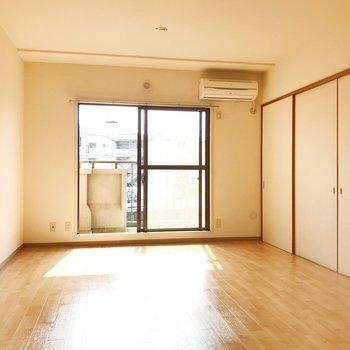 【LDK】ダイニングテーブルやソファを置いて団欒を。※写真は2階の同間取り別部屋のものです