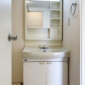 広々とした洗面台。身支度も効率よくできそうです。※写真は2階の同間取り別部屋のものです