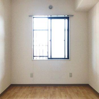 【洋室4.9帖】書斎などにいかがでしょう。※写真は2階の同間取り別部屋のものです