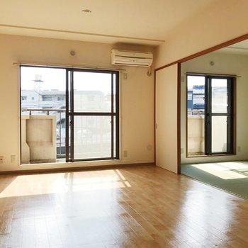 【LDK】たっぷりと光を取り込む、明るい空間。※写真は2階の同間取り別部屋のものです