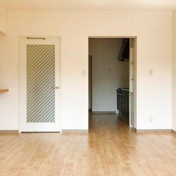 【LDK】窓から。白の扉がキュート。※写真は2階の同間取り別部屋のものです