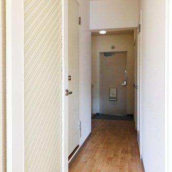 廊下へ。奥の洋室をみていきましょう。※写真は2階の同間取り別部屋のものです
