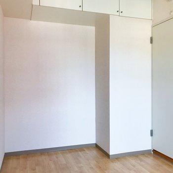 【洋室4.9帖】上棚もあります。壁面シェルフを置きたいなー※写真は2階の同間取り別部屋のものです