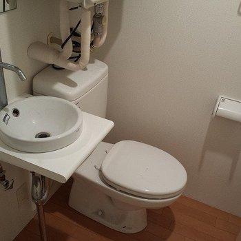 トイレと洗面台は隣りあわせ。洗面台が可愛らしいサイズです。※写真は前回募集時のものです