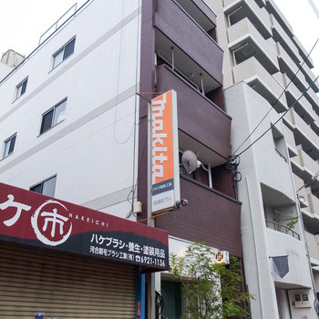 通りに面した、かなり細長い建物です。