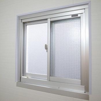 湿気対策の小窓つき。