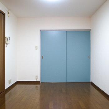 【LDK】洋室のスカイブルーのスライドドアがいい色してます。
