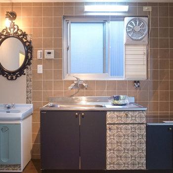 【LDK】キッチンと洗面台はとなり同士。レースで彩られた空間!