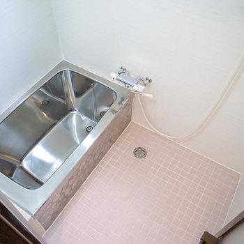 お風呂は一部据え置きながら、ぴかぴかにされています。浴槽がちょっと床に埋まってて低め。