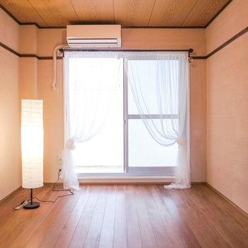 【洋室】寝室にいいお部屋です。こちらには収納はありません。