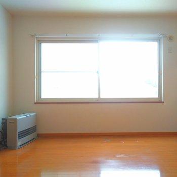 大きめの窓があるんです。 北向きなので優しめな日当たり。
