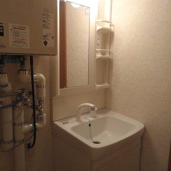 脱衣所には洗面台と洗濯機置場が隣同士にあります。