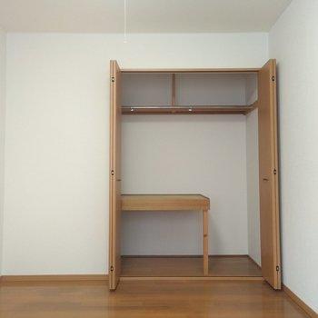 洋室のクローゼットは、洋服を掛けたり、布団を置けるような形になっています◎
