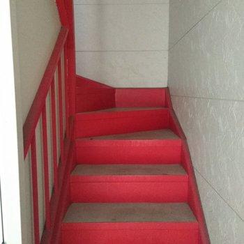 バラのような色の共用階段
