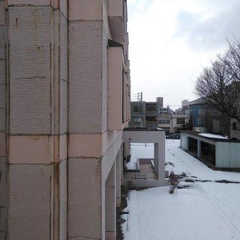 リビング窓、正面は隣の建物が半分ほど視界に入ります。