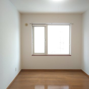 洋室もシンプル。 シンプルデザインのベッドを置いて落ち着く寝室に!