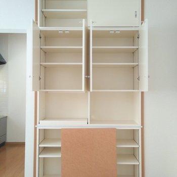 食器入れから本棚まで幅広く使えるマルチな収納棚