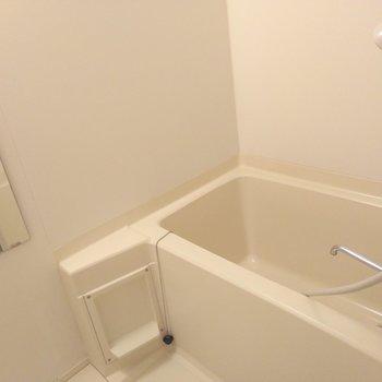 お風呂場は白一色で統一感◎