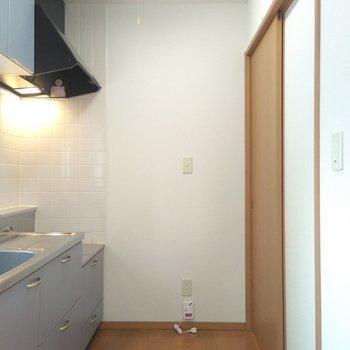 キッチンから脱衣所につながっているので、あまりスペースはありません。冷蔵庫はリビングに置くとよいかも