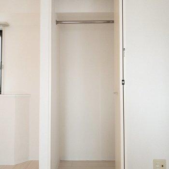 ほぼ同じサイズのクローゼットが、部屋の両端に。