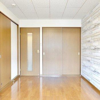 アクセントクロスが良い雰囲気のお部屋。個室が独立しているのでスッキリとした見た目。