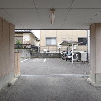 1階の奥には駐車場と屋根付き駐輪場があります。