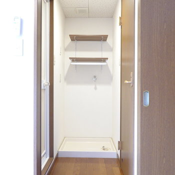 水回りは脱衣所に集結。正面には高さを変えられる棚のある洗濯機置き場。