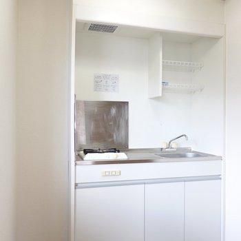 水切り棚付きのコンパクトなキッチン。洋室とは独立した生活感が出にくい場所に。