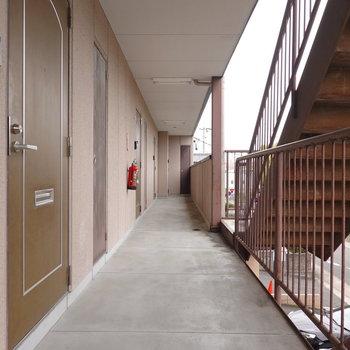 玄関前の様子。お部屋は2階でアクセスは階段のみ。