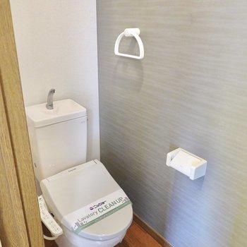 おトイレはシックな雰囲気で居心地良く。ウォシュレット付きです。